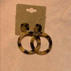 BRAND NEW❣️acrylic cheetah print earrings